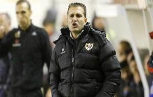 Rubén Baraja da instrucciones en Vallecas durante el partido ante el...