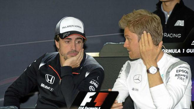 Alonso y Rosberg charlan en el pasado GP de Bahrein.