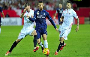 Cristiano (31) se marcha con el balón en un Sevilla-Real Madrid.