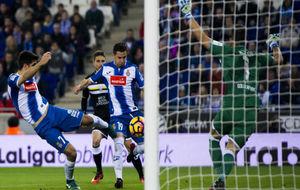 Gerard Moreno se dispone a impactar el balón en el primer tanto ante...