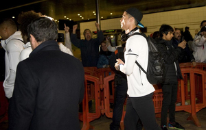 Cristiano jaleado por los aficionados salir de la terminal