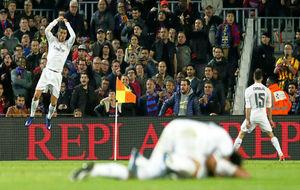 Los jugadores del Real Madrid celebran la victoria en el Camp Nou de...