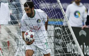 Raúl coge un balón durante su etapa en el New York Cosmos en la...
