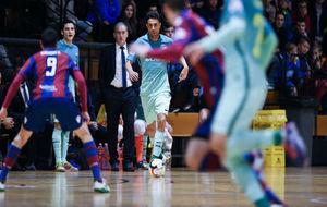 Aicardo conduce el balón ante la presencia de Márquez.