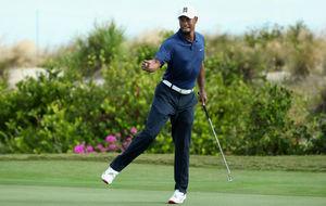 Tiger Woods celebrando un putt durante la segunda jornada.