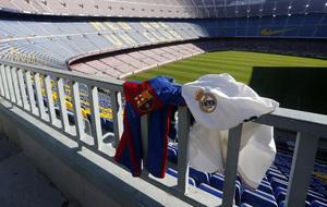 Panorámica del Camp Nou con dos camisetas de Barça y Madrid que se...