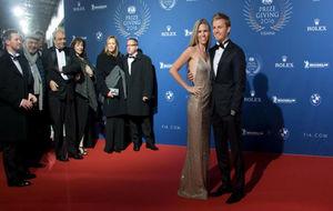 Nico Rosberg posando ante los fotógrafos junto a su mujer