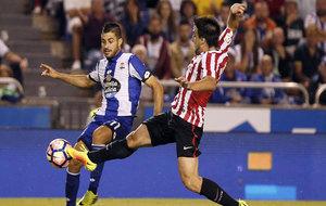 El jugador del Deportivo en un partido contra el Athletic.
