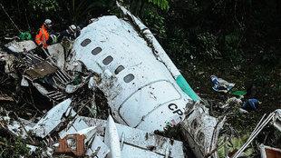 Restos del avión del Chapecoense tras sufrir un accidente cerca de...