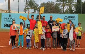 David Ferrer y Alberto Berasategui posan con los niños en el CT...