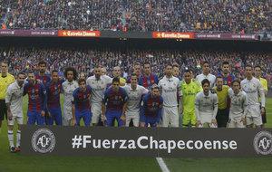 Futbolistas de ambos equipos forman juntos en el minuto de silencio en...