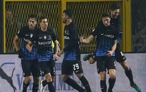 Los jugadores del Atalanta celebran uno de los goles en el partido...