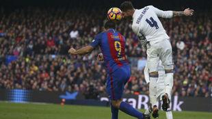 Ramos disputa un balón con Luis Suárez en el Clásico