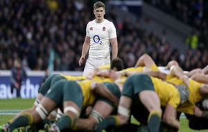 Owen Farrell, clave en el triunfo inglés ante Australia observa una...
