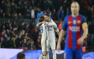 Los jugadores del Real Madrid celebran el gol en el Camp Nou.