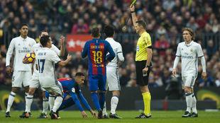 Los jugadores del Real Madrid protestan a Clos Gómez