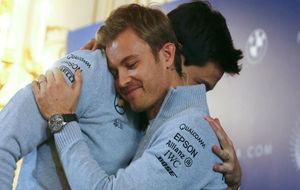 Abrazo muy sentido entre Toto Wolff y Nico Rosberg en la despedida del...