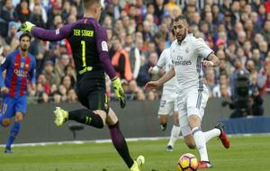 Benzema busca un balón ante Ter Stegen