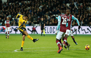 Alexis saca el drerechazo para convertir su segundo gol