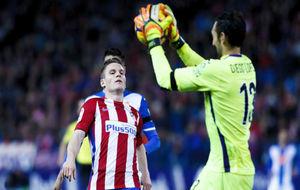 Diego López detiene un balón contra el Atlético de Madrid.
