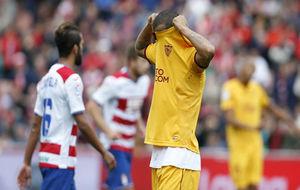 El sevillista Mariano se tapa la cara con la camiseta.