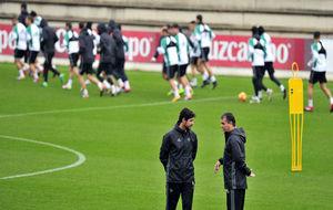 Víctor charla con Alexis en un entrenamiento.