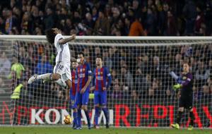 Marcelo celebra el gol de Sergio Ramos ante la desolación de los...