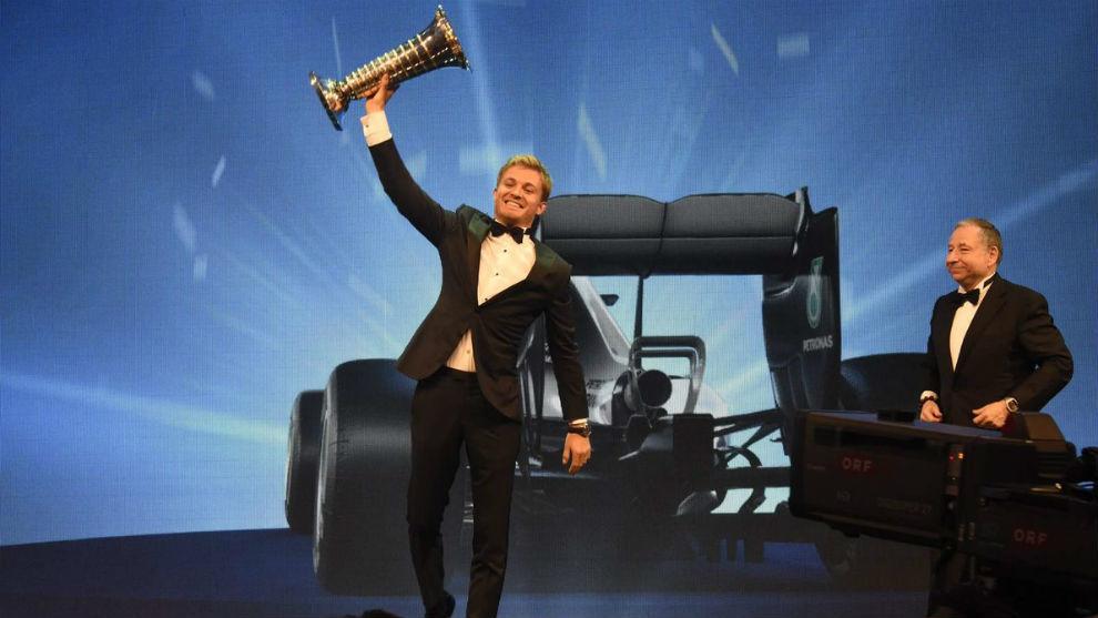 Rosberg recibiendo su trofeo de campeón del mundo