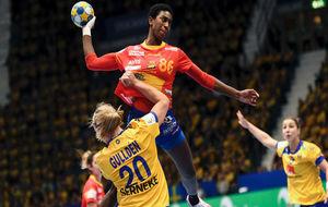 Sandy Cabral Barbosa se eleva para lanzar por encima de la defensa...