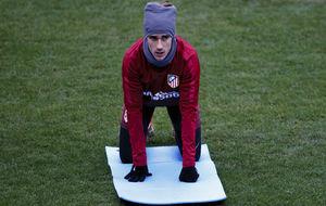 Griezmann cubriéndose del frío en un entrenamiento del Atlético