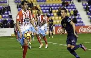 Carlos Pita y Natalio pugnan por un balón en La Condomina el sábado