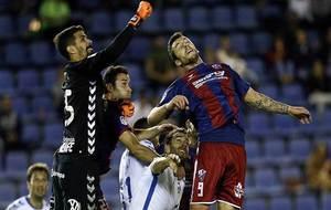 Dani Hernández sale de puños ante el intento de remate de Borja...