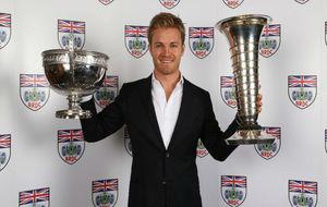 Rosberg, con la copa de campeón de la Fórmula 1 y el Trofeo Johnny...