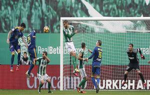 El central del Celta, Roncaglia, remata a gol ante la pasividad...
