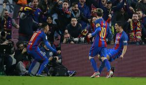 Luis Suárez festeja con Neymar su gol al Real Madrid ante la mirada...
