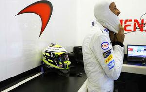 Jenson Button en el box de McLaren
