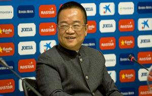 Chen Yansheng durante un acto con el Espanyol.