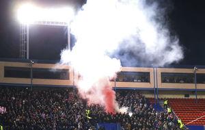 Los seguidores del PSV lanzan bengalas en el Vicente Calderón