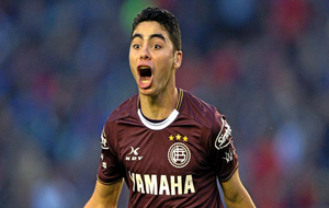 Miguel Almirón, celebrando un gol con Lanús.