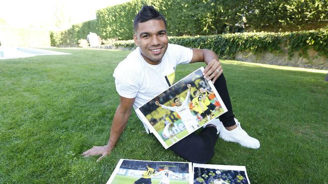 Casemiro posa con algunas fotos del Dortmund-Madrid de 2014.