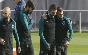 Arda y Jordi Alba, abrazados, durante el entrenamiento de este lunes