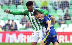 Donk lucha con Radoja por un balón en el Betis-Celta.