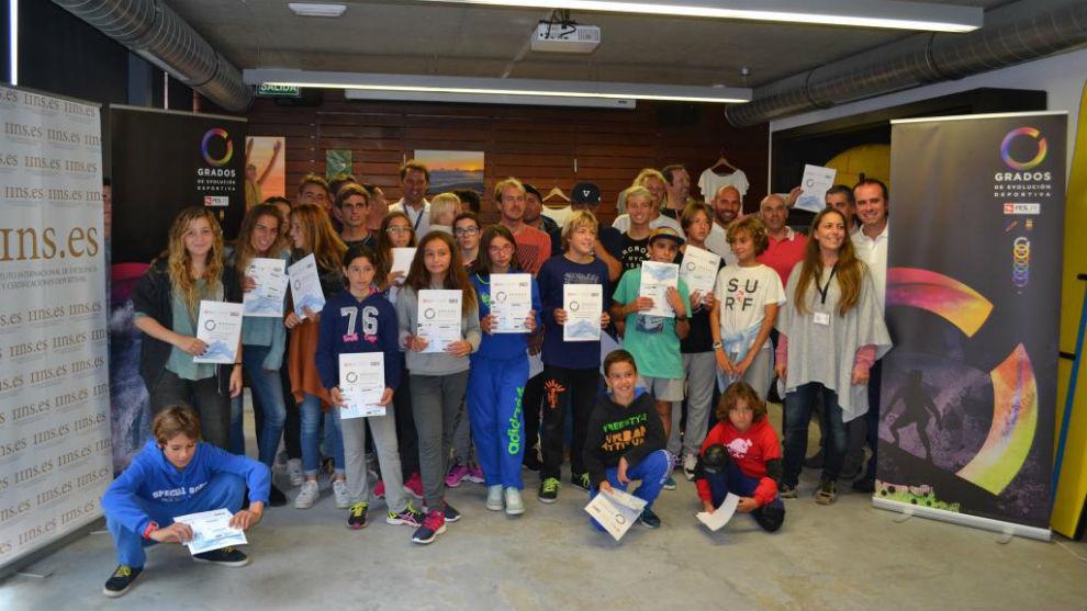 Alumnos de una escuela de surf reciben sus certificados.