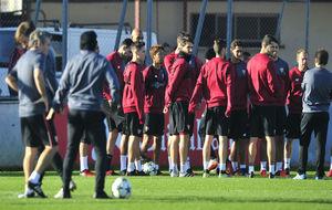 Los jugadores del Sevilla, antes de empezar el entrenamiento este...