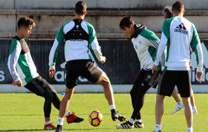 Varios jugadores, durante un ejercicio este martes.