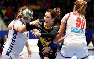 Macarena Aguilar intenta progresar entre la defensa de Serbia.