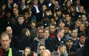 Klopp, con su plantilla detrás, viendo el partido en Can Barça
