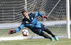 Dani Hernández intenta detener un balón durante un entrenamiento del...