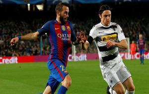 Aleix Vidal progresa ante Schultz en el Barça-Borussia.