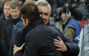 Ancelotti abraza a Simeone antes del comienzo del partido.